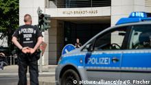 Polizisten sperren am 22.05.2017 während eines Einsatzes im Willy-Brandt-Haus in Berlin mit ihren Einsatzwagen eine Kreuzung vor der SPD-Parteizentrale. Wenige Minuten vor einer Sitzung der SPD-Spitze zum Wahlprogramm wurde in der Parteizentrale der Sozialdemokraten in Berlin ein verdächtiger Gegenstand gefunden. Das Gebäude wurde daraufhin geräumt. Foto: Gregor Fischer/dpa   Verwendung weltweit