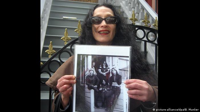 Ältere Hippe-Frau hält ein Foto von der Band The Greatful Dead in die Kamera (picture-alliance/dpa/B. Munker)