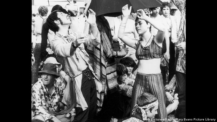 Hippes tanzen mit geschlossenen Augen (picture-alliance/Mary Evans Picture Library)