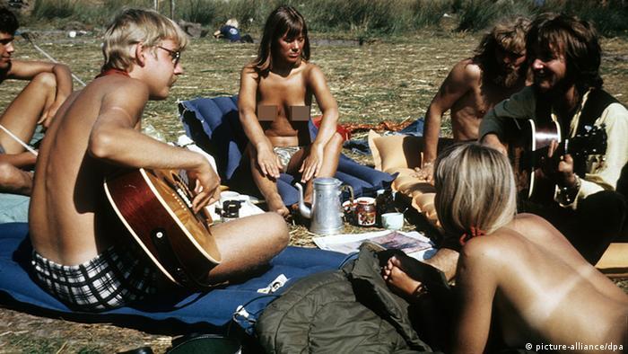 Nackte Hippies im Park mit Gitarre (picture-alliance/dpa)