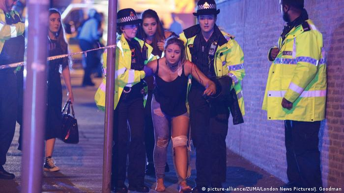 Police helping injured woman (picture-alliance/ZUMA/London News Pictures/J. Goodman)