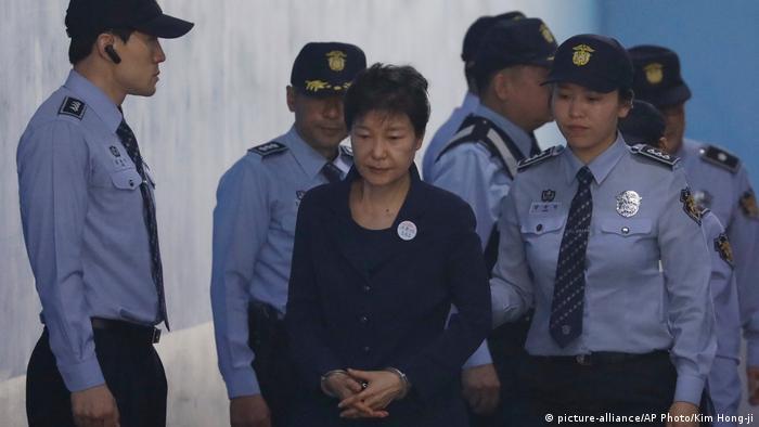 Südkorea Ex-Präsidentin Park Geun-hye vor Gericht in Seoul (picture-alliance/AP Photo/Kim Hong-ji)