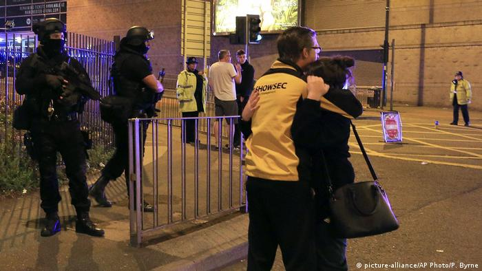 Großbritannien Polizeieinsatz nach Explosion in Manchester (picture-alliance/AP Photo/P. Byrne)