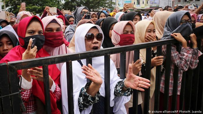 Indonesien öffentliche Bestrafung eines Homosexuellen in Banda Aceh Zuschauer