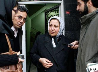 شیرین عبادی در حال گفتوگو با خبرنگاران دقایقی پس از پلمب دفتر کانون مدافعان حقوق بشر