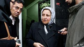 شیرین عبادی در مقابل دفتر کانون مدافعان حقوق بشر به هنگام پلمب آن