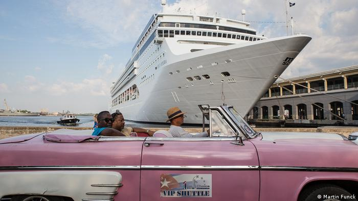 Alte Limousine vor Kreuzfahrtschiff (Foto: Martin Funck)