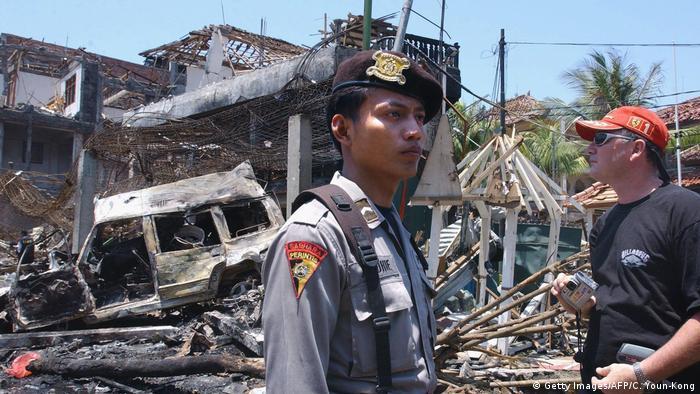 Полицейский на фоне разрушенного ночного клуба