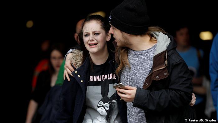 Посетители концерта в Манчестере после взрыва