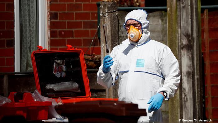 UK Polizei durchsucht ein Gbäude in Manchester (Reuters/S. Wermuth )