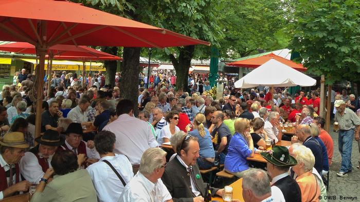 Residents of Munich, Germany, gather in the shade of chestnut trees at the Viktualienmarkt to cool off on a hot summer afternoon (DW/B. Berwyn)