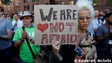 """""""Nous n'avons pas peur"""" peut-on lire sur le panneau, lors d'un hommage aux victimes"""