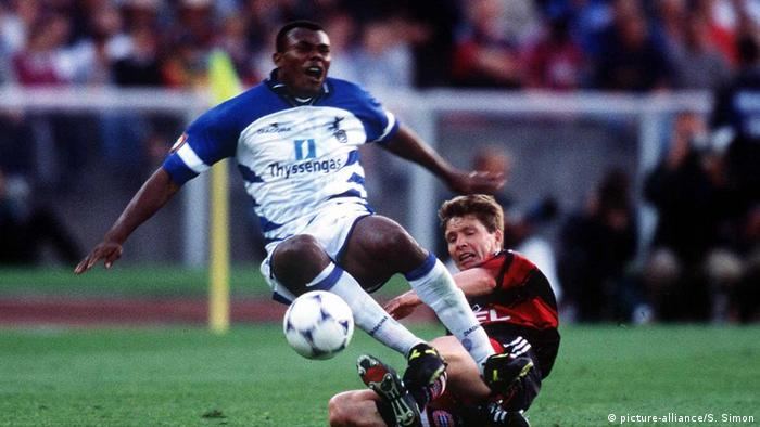 DFB-Pokal-Endspiele | FC Bayern Muenchen - MSV Duisburg | Foul Tarnat an Salou 1998 (picture-alliance/S. Simon)