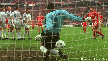 DFB-Pokal-Endspiele | Ball rutscht Claus Reitmaier durch die Beine 1996 (picture-alliance/dpa)