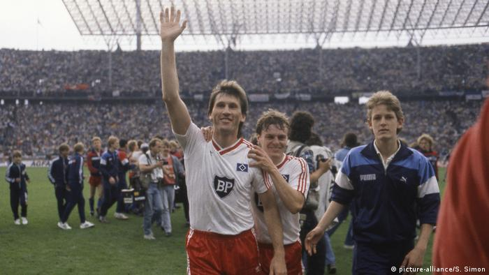 DFB-Pokal-Endspiele | Jubel Manfred Kaltz vom HSV 1987 (picture-alliance/S. Simon)