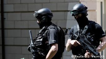 Οι διωκτικές αρχές έχουν εντοπίσει το τρομοκρατικό δίκτυο που εκπαίδευσε και προμήθευσε με εκρηκτικά τον δολοφόνο