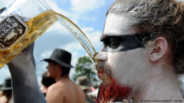 Wacken attendee pours beer on his facial hair (picture-alliance/dpa/C. Rehder)