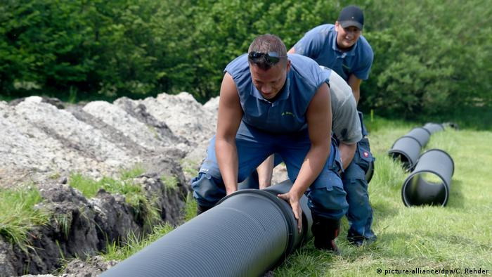 Workers construct a beer pipeline for Wacken Festival (picture-alliance/dpa/C. Rehder)