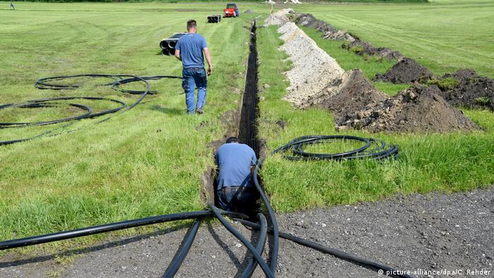 Workers lay the beer pipeline for Wacken (picture-alliance/dpa/C. Rehder)