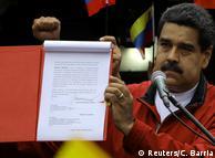 Мадуро демонструє документ із пропозицією зібрати установчі збори