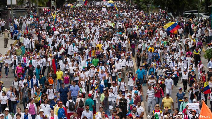 Doctors and other health care personnel march in Caracas on May 22 (picture-alliance/CITYPRESS 24/F. Bruzco)
