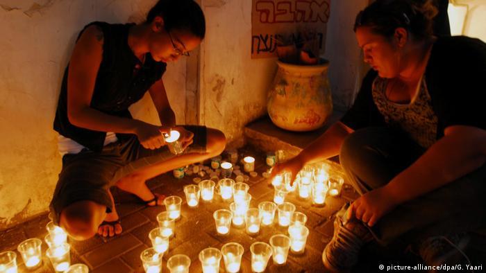 Подростки зажигают свечи (фото из архива)