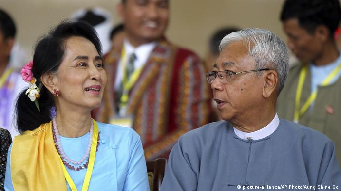 Myanmar Friedensgespräche Aung San Suu Kyi und Htin Kyaw (picture-alliance/AP Photo/Aung Shine Oo)