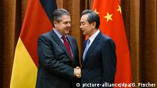 China Sigmar Gabriel trifft Wang Yi (picture-alliance/dpa/G. Fischer)
