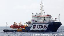 Zivile Seenotrettung im Mittelmeer vor Libyen - Der Versorger 'Topaz Responder' der maltesischen NGO 'MOAS' (Migrant Offshore Aid Station) auf hoher See. Mittelmeer, vor libyscher KÃ_ste, Internationale GewÃ_sser, 25.10.2016 .   Verwendung weltweit