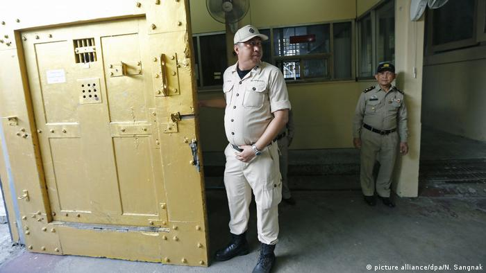 Thai prison officers stand guard inside the Bang Kwang Central Prison in Nonthaburi Province (picture alliance/dpa/N. Sangnak)