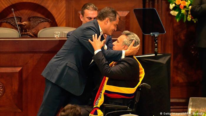 Abrazos que parecen de otra época entre Correa (izq.) y Moreno