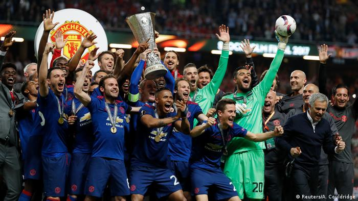 Manchester United feiret Sieg der Europa League mit Pokal (Reuters/A. Couldridge)