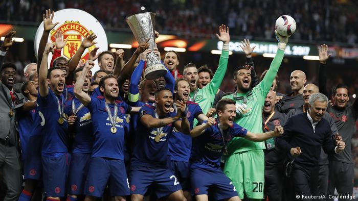 Manchester United feiret Sieg der Europa League mit Pokal (Reuters/A. Couldridge)