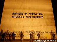 Бразильські військовослужбовці перед будівлею міністерства сільського господарства Бразилії під час протестів