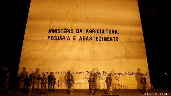 Brasilien Brasilia - Armeesoldaten vor dem Agrarministerium zu Protesten gegen Michel Temer (Reuters/P. Whitaker)