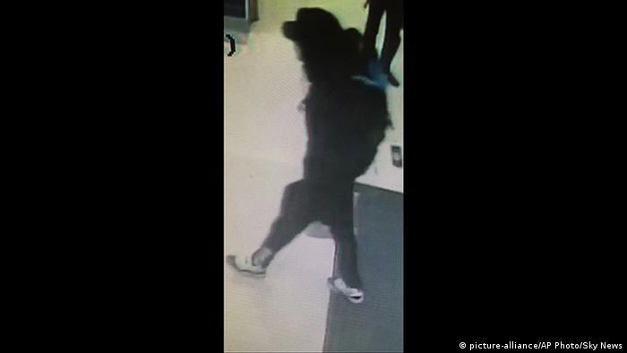 Манчестерский террорист незадолго до взрыва (снимок с камеры наблюдения)