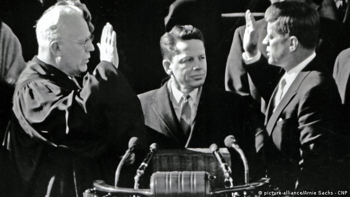 USA John F. Kennedy wird 1961 als 35. US-Präsident vereidigt (picture-alliance/Arnie Sachs - CNP)