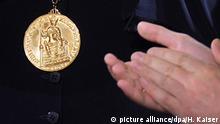 ARCHIV- Die Karlpreis-Auszeichnung, aufgenommen am 09.05.2013 in Aachen (Nordrhein-Westfalen). In diesem Jahr geht sie an den britischen Historiker Ash. Er hat sich dafür eingesetzt, dass Großbritannien in der der Gemeinschaft bleibt. Dass seine Landleute doch für den Brexit stimmten, hat er als größte Niederlage seines politischen Lebens bezeichnet. (zu dpa «Karlspreis für europäischen Engländer» vom 17.5.2017) Foto: Henning Kaiser/dpa +++(c) dpa - Bildfunk+++ | Verwendung weltweit