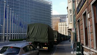 Belgien Militärische LKws neben EU-Zentrale in Brüssel
