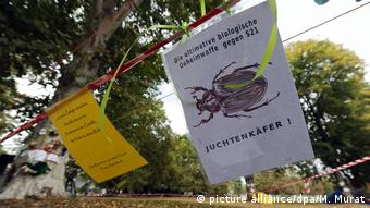 A4 sized posters are hanging from string, criticizing the rail project called Stuttgart 21 (picture alliance/dpa/M. Murat)