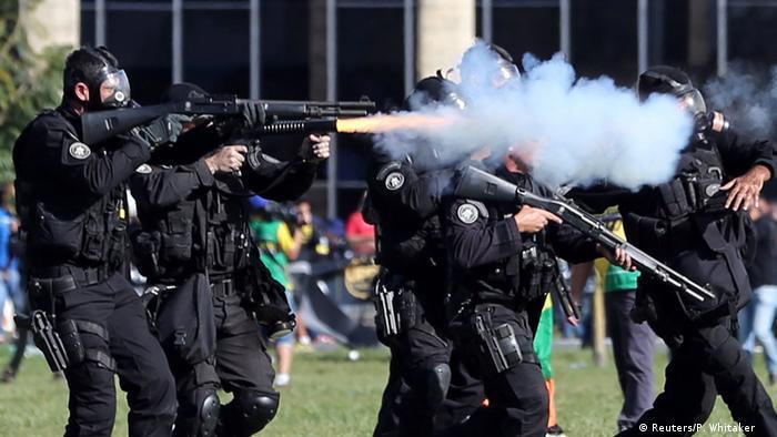 Brasilien Tumulte in Brasilia: Ministerium angezündet (Reuters/P. Whitaker )