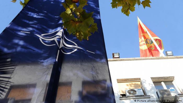 Здание парламента Черногории и флаги страны и НАТО