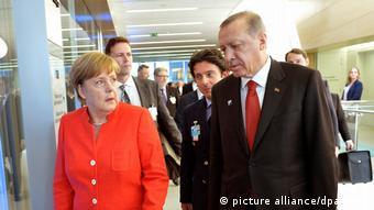 Belgien NATO-Gipfel in Brüssel | Merkel und Erdogan (picture alliance/dpa/Nato)