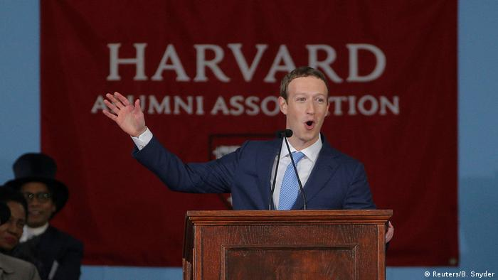 USA Mark Zuckerberg erhält Ehrendoktortitel der Harvard Universität (Reuters/B. Snyder)