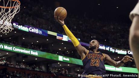 NBA Cleveland Cavaliers v Boston Celtics- LeBron James (picture-alliance/AP Photo/E. Amendola)