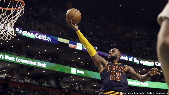 NBA Cleveland Cavaliers v Boston Celtics- LeBron James (picture-alliance/AP Photo/E. Amendola)