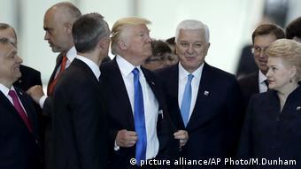 Дональд Трамп и Душко Маркович на саммите НАТО среди других его участников