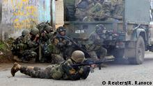 25.05.2017*****Government troops are seen during an assault on insurgents from the so-called Maute group, who have taken over large parts of Marawi City, in Marawi City, southern Philippines May 25, 2017. REUTERS/Romeo Ranoco TPX IMAGES OF THE DAY
