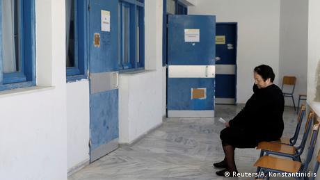 Μία κάτοικος των Φούρνων περιμένει έξω από τον θάλαμο λίγο πριν εξεταστεί από τους γιατρούς της Aegean Team.