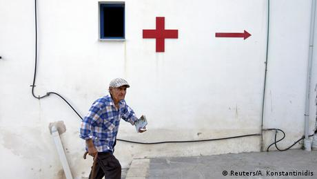 Ένας ηλικιωμένος κάτοικος της Θύμαινας σπεύδει στον χώρο που χρησιμοποιείται ως ιατρείο για να εξεταστεί από τους γιατρούς της Aegean Team.